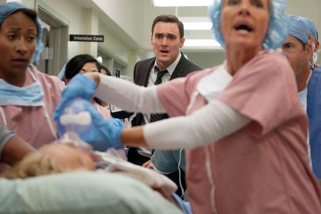 Rigsbys (Owain Yeoman, M.) Vater Steve (William Forsythe, liegend) verletzt am Schauplatz eines Verbrechens aufgefunden und ringt nun mit seinem Leb... - Bildquelle: Warner Bros. Television