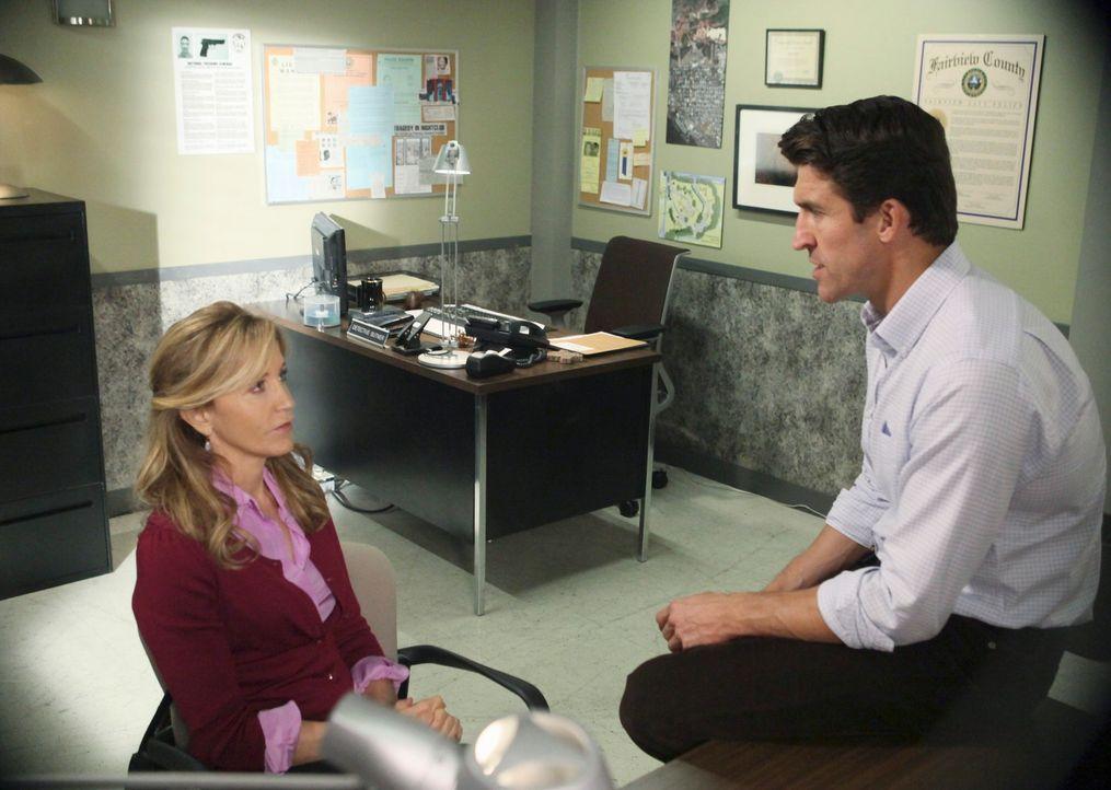 Chuck (Jonathan Cake, r.) setzt alles daran, Lynette (Felicity Huffman, l.) und ihre Freundinnen fertig zu machen ... - Bildquelle: ABC Studios