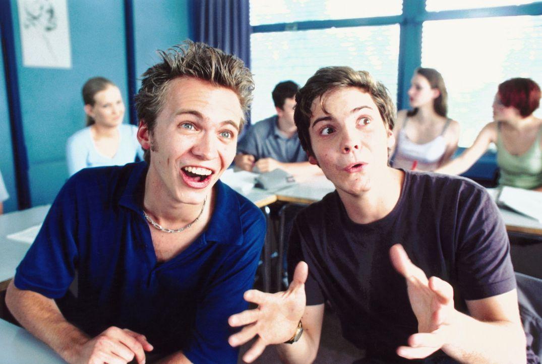 Klassenclowns: André (Tim Egloff, l.) und Markus (Daniel Brühl, r.) ... - Bildquelle: Constantin Film