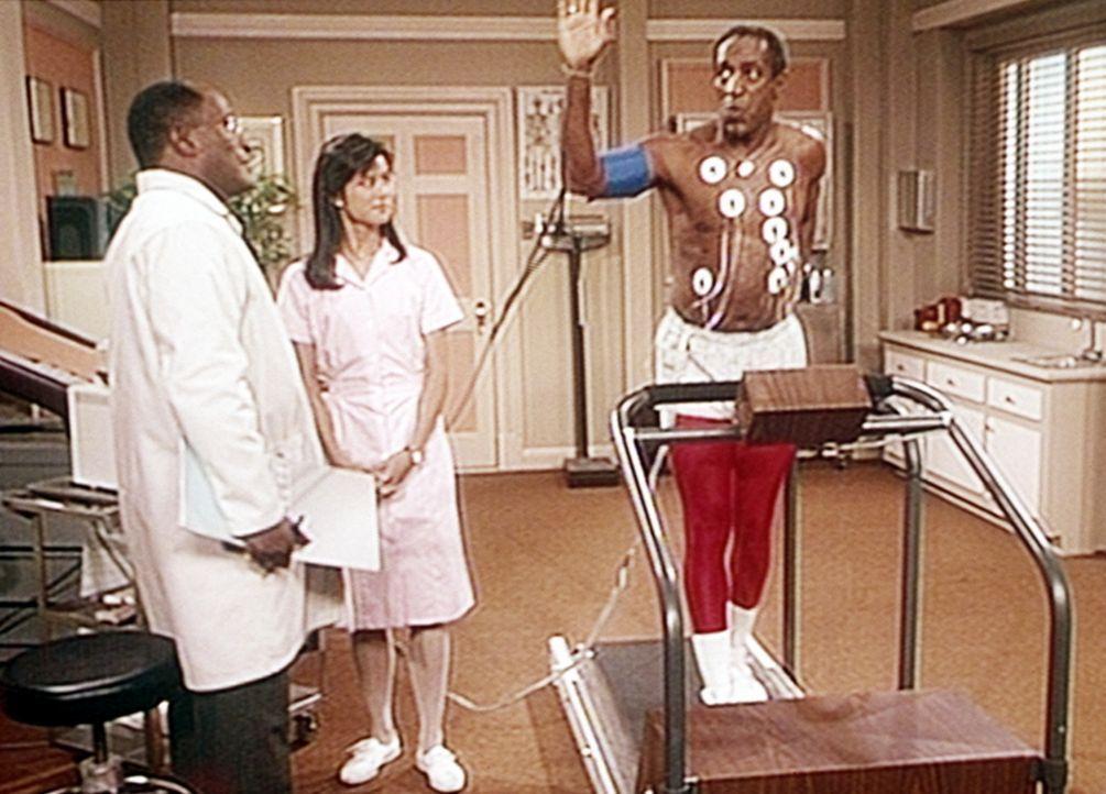 Noch ist Cliff (Bill Cosby, r.) guten Mutes, doch bald wird ihm zur Freude von Dr. Herbert (John Amos, r.) und Schwester Young (Sari Chang, M.) die... - Bildquelle: Viacom