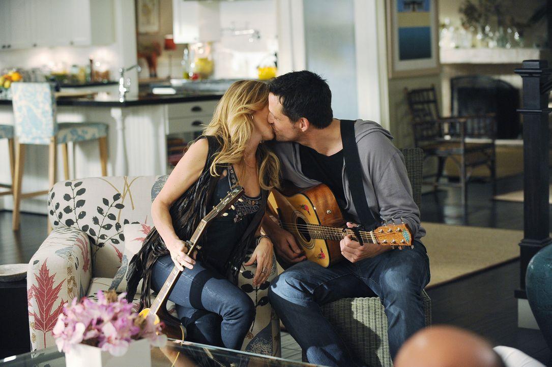 Noch scheint zwischen dass Grayson (Josh Hopkins, r.) und seiner neuen Freundin Sara (Sheryl Crow, l.) alles in Ordnung ... - Bildquelle: 2009 ABC INC.
