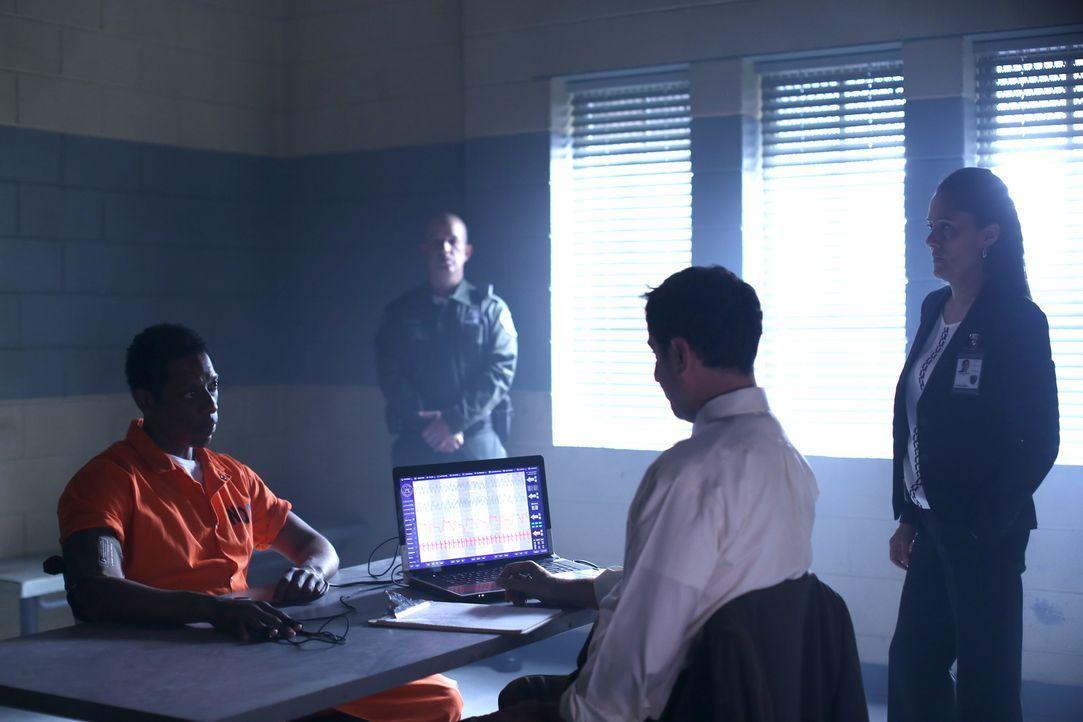Ein Lügendetektortest soll Klarheit bringen: Irving (Orlando Jones, l.) und Sheriff Reyes (Sakina Jaffrey, r.) ... - Bildquelle: 2014 Fox and its related entities. All rights reserved.