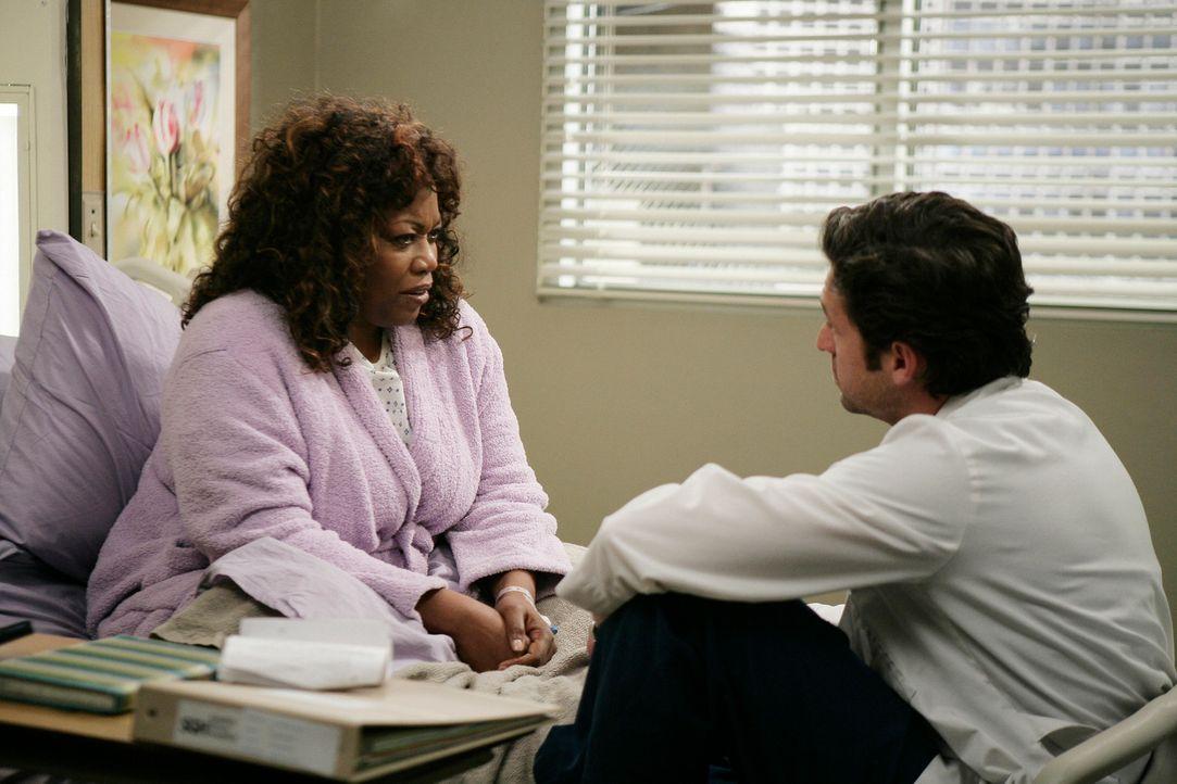 Während Meredith überzeugt ist, dass ihre Patientin Greta (Regina Taylor, l.) an Zwangshandlungen und neurotische Vorstellungen leidet, ist Derek... - Bildquelle: Touchstone Television