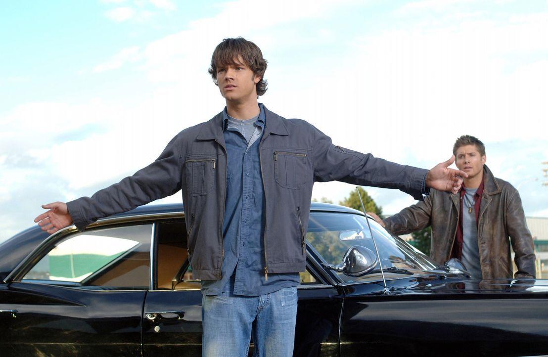 Ein Mann, der vom Geist eines Phantom Reisenden besessen ist, bringt ein Flugzeug zum Absturz. Sam (Jared Padalecki, l.) und Dean (Jensen Ackles, r.... - Bildquelle: Warner Bros. Television