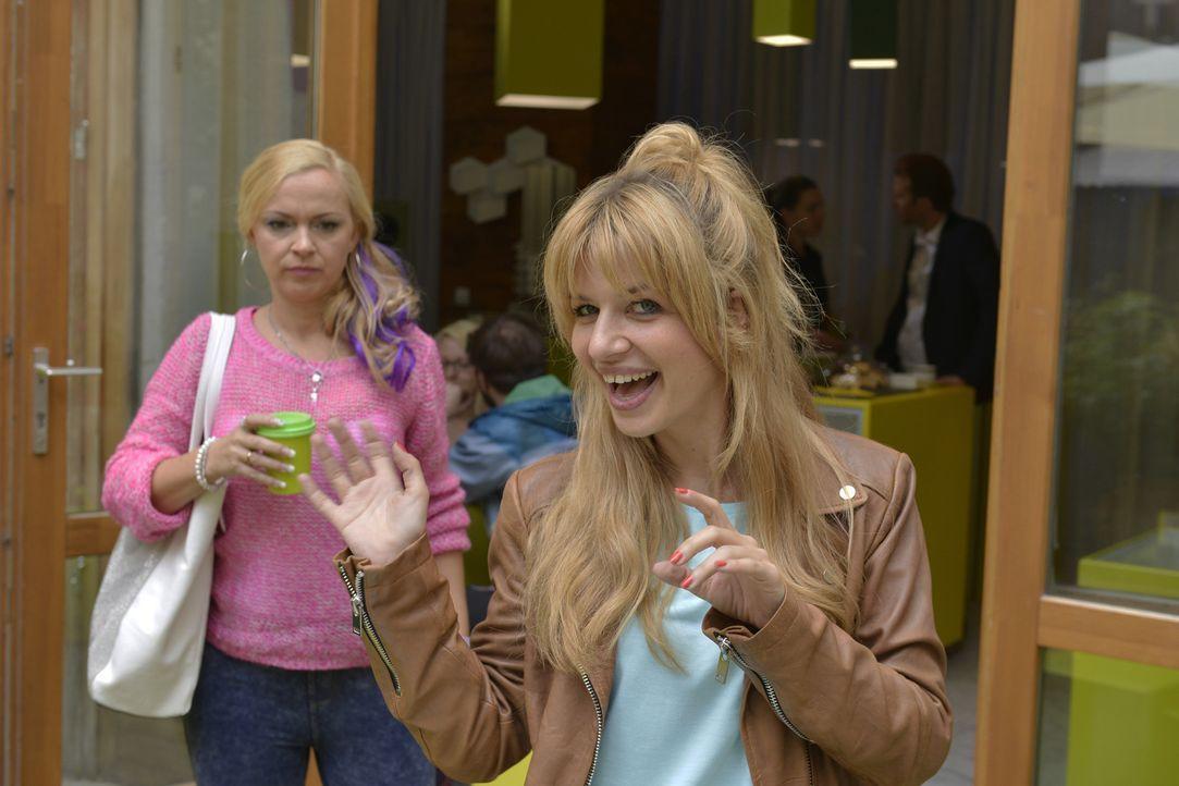 Manchmal versteht Nadine (Sarah Schindler, l.) überhaupt nicht, was in Mila (Susan Sideropoulos, r.) vorgeht. Kein Wunder ... - Bildquelle: Oliver Ziebe SAT.1