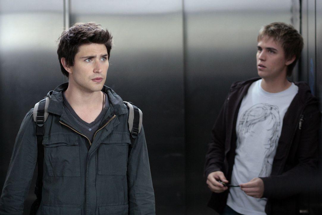 Sie gehen ein hohes Risiko ein, um den gestohlenen Ring zu finden: Kyle (Matt Dallas, l.) und sein Freund Declan (Chris Olivero, r.) schmuggeln sich... - Bildquelle: TOUCHSTONE TELEVISION