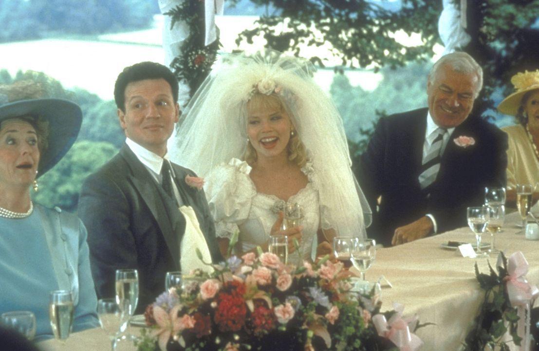 Die erste Hochzeit: Auf der Hochzeit von Angus (Timothy Walker, 2.v.l.) und Laura (Sara Crowe, 2.v.r.) lernt der Heiratsmuffel Charles die geheimnis... - Bildquelle: Gramercy Pictures