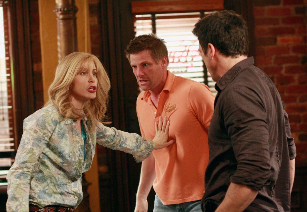 Der Haussegen bei den Scavos hängt schief, seit Lynette (Felicity Huffman, l.) Tom (Doug Savant, M.) beschuldigt, Ricks (Jason Gedrick, r.) Restaura... - Bildquelle: ABC Studios