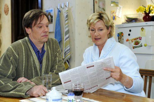 Susanne (Heike Jonca, r.) zeigt Armin (Rainer Will, l.) die Kontaktanzeige, d...