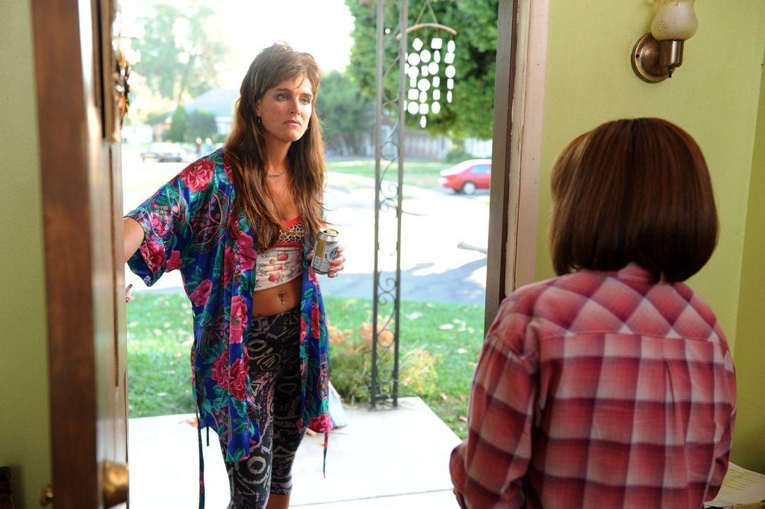 Frankie (Patricia Heaton, r.) ist schockiert, als ihre Nachbarin Rita Glossner (Brooke Shields, l.) plötzlich vor der Tür steht und behauptet, sie h... - Bildquelle: Warner Brothers