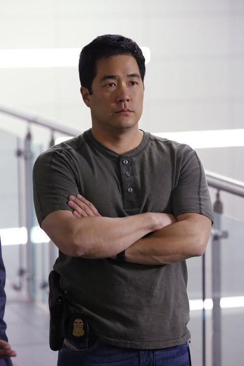 Nach dem Tod von Vega ist die Arbeit für Cho (Tim Kang) nicht wirklich leicht ... - Bildquelle: Warner Bros. Television