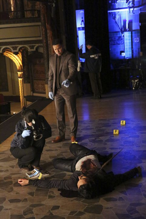 Schnell stellen Detective Esposito (Jon Huertas, M.) und sein Kollege fest, dass der Ermordete gefährliche Verbindungen in kriminellen Kreisen pfleg... - Bildquelle: Mitch Haaseth 2016 American Broadcasting Companies, Inc. All rights reserved.