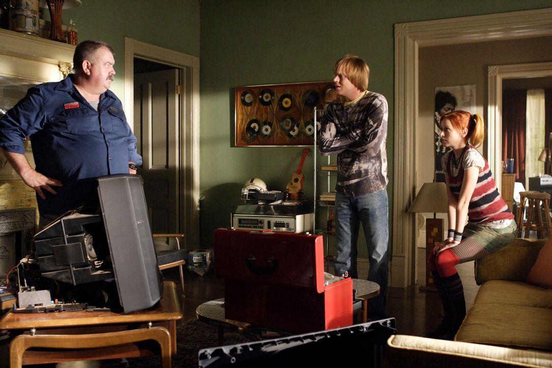 Ein Elektriker erklärt Phil (Jay Paulson, l.) und Pizza Girl (Lindy Booth, r.), dass der Fernseher nicht mehr lange funktionieren wird ... - Bildquelle: ABC Studios