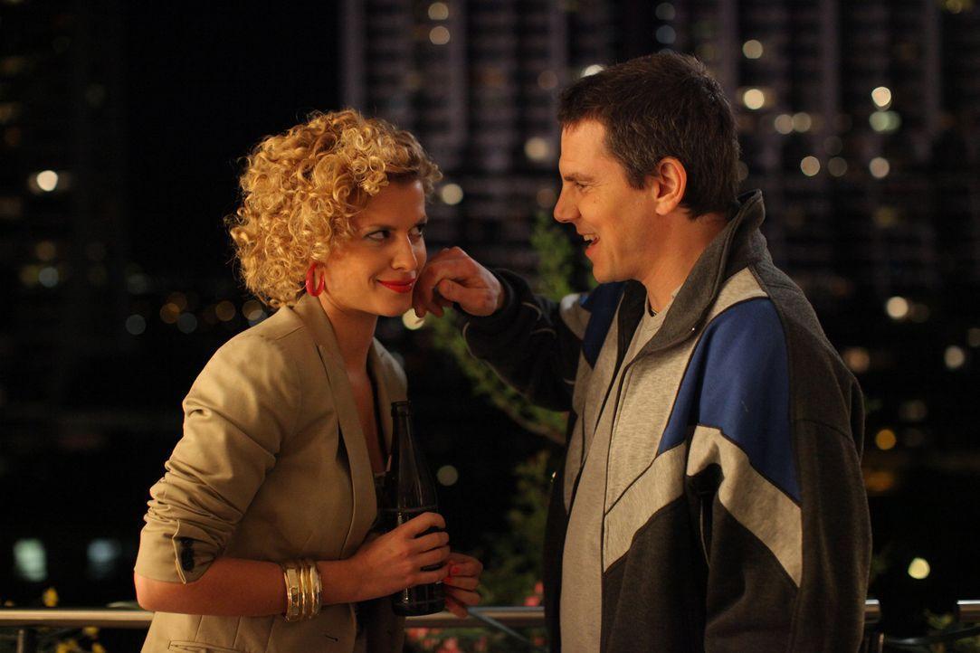 Rike (Theresa Underberg, l.) versucht ihrem Klausi (Daniel Keberle, r.) zu erklären, warum sie auf einmal so dünn ist. Doch irgendwie glaubt er ih... - Bildquelle: Petro Domenigg SAT.1