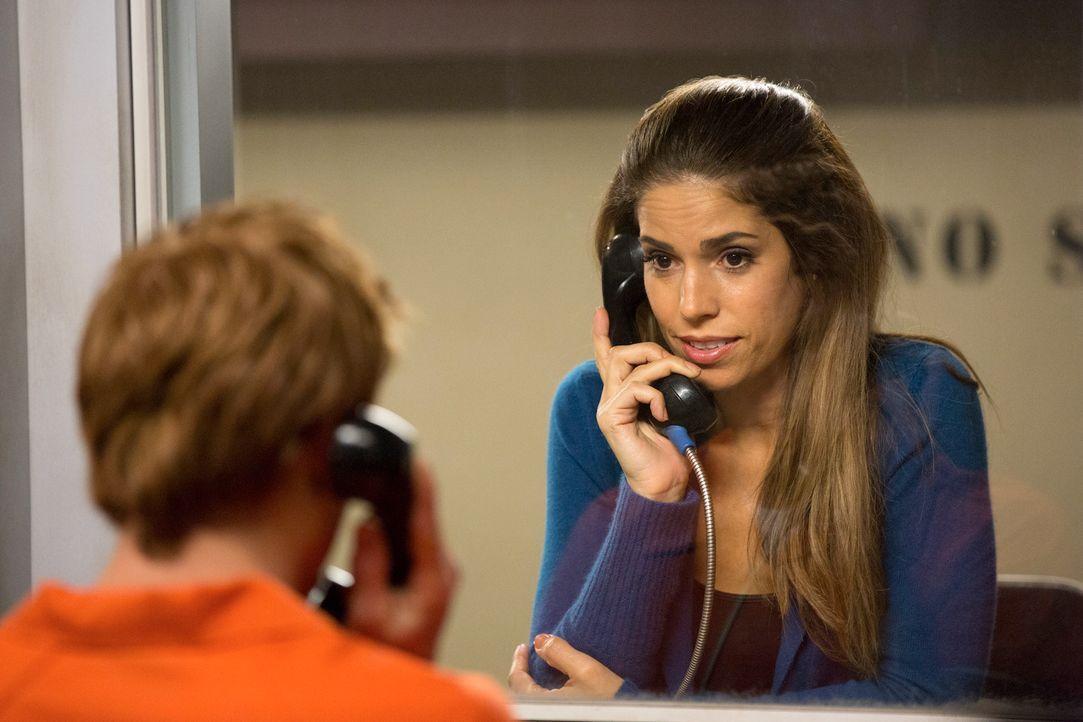Marisol (Ana Ortiz, r.) versucht weiter, die Unschuld ihres Sohnes (Eddie Hassell, l.) beweisen zu können, während Carmen es ausnutzt, dass Alejandr... - Bildquelle: ABC Studios
