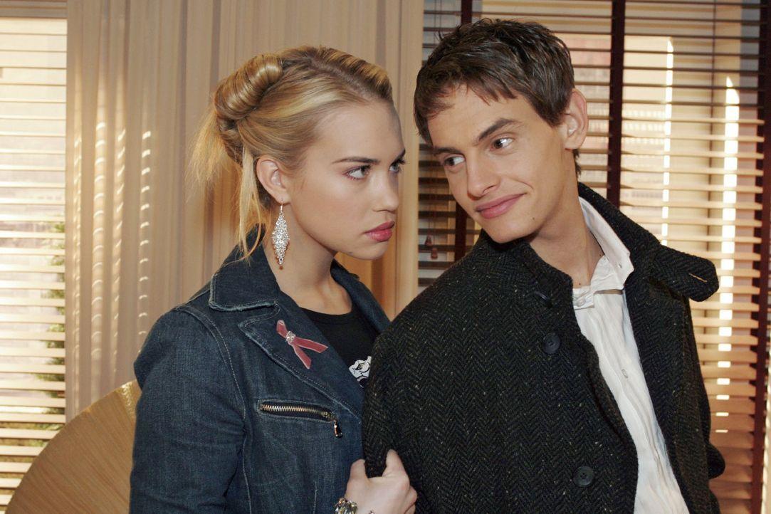 Kim (Lara-Isabelle Rentinck, l.) passt es gar nicht, Alex (Shai Hoffmann, r.) in Sophies Begleitung zu sehen. Sie glaubt, dass er Sophie nur ausnutz... - Bildquelle: Noreen Flynn Sat.1