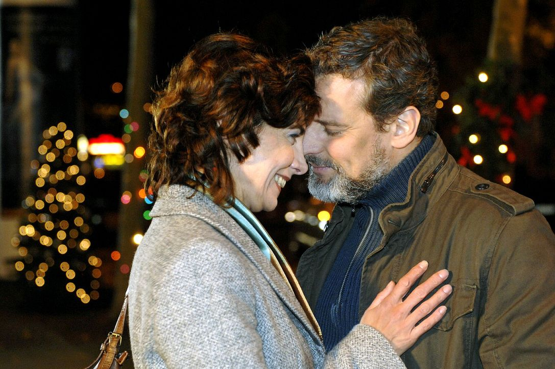 Steffi (Karin Kienzer, l.) und Ulrich (Wolfgang Wagner, r.) können ihre Gefühle füreinander nicht mehr verbergen ... - Bildquelle: Oliver Ziebe Sat.1