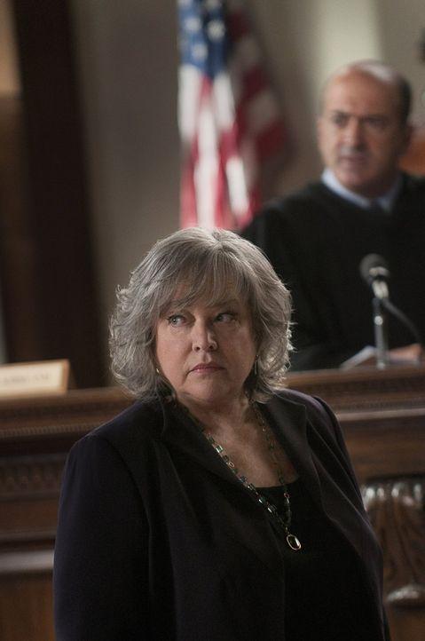 Versucht alles, um Eric Sanders Unschuld zu beweisen: Harry (Kathy Bates) ... - Bildquelle: Warner Bros. Television