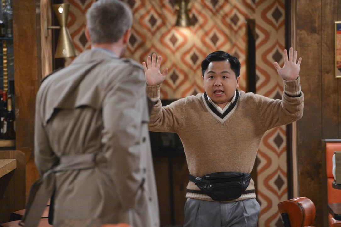 Als plötzlich ein Schurke (Tom Christensen, l.)  in Han Lees (Matthew  Moy, r.) Diner auftaucht, wächst dieser regelrecht über sich hinaus ... - Bildquelle: Warner Brothers