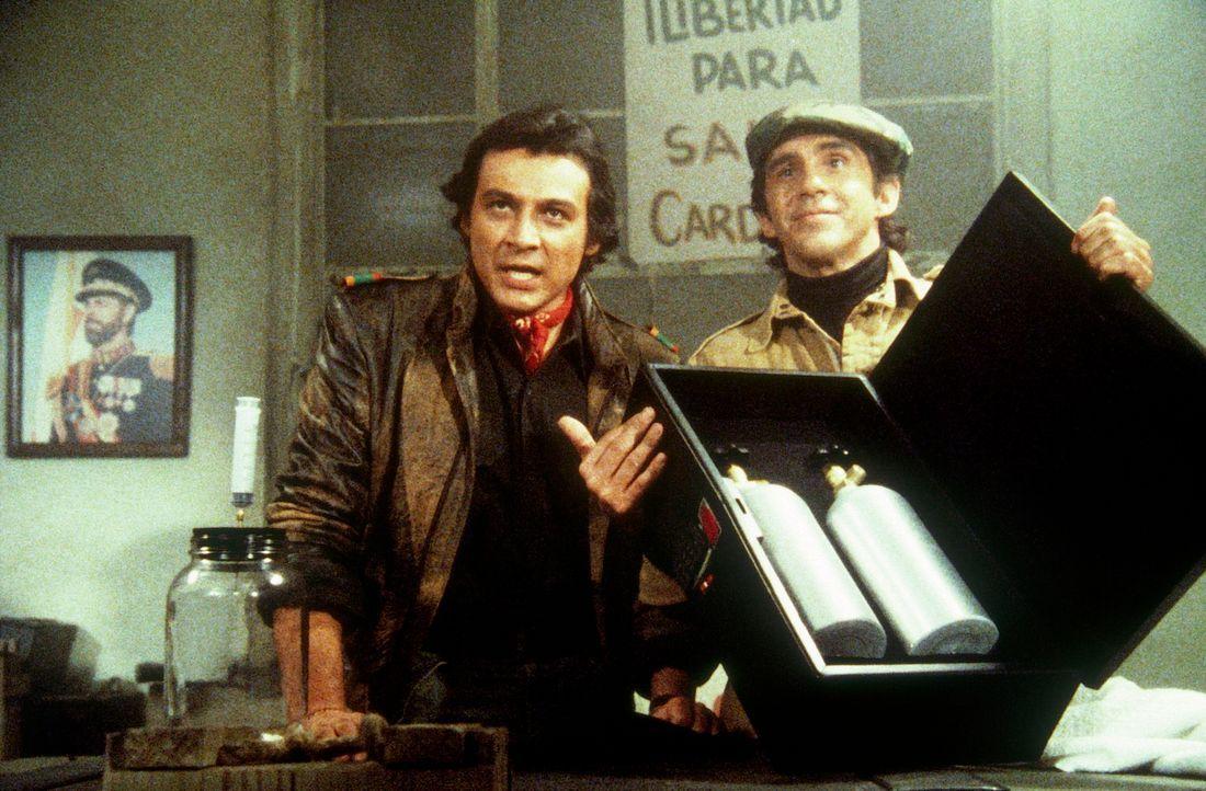 Die Exilrebellen El Lagarto (Richard Yniguez, l.) und Ramon (Pepe Serna, r.) versuchen, dem Staatsoberhaupt ihres Landes kräftig zu schaden ... - Bildquelle: CBS Television