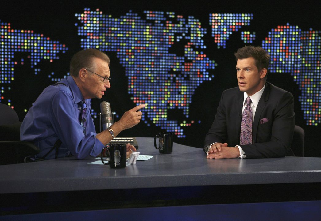 In der Talkshow Larry King Live: Larry King (Larry King, l.) und Daniel (Eric Mabius, r.) ... - Bildquelle: Buena Vista International Television