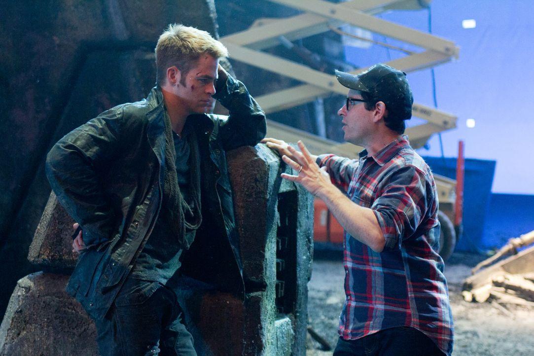 Regieanweisungen: Regisseur J.J. Abrams (r.) und sein Hauptdarsteller Chris Pine (l.) - Bildquelle: Zade Rosenthal 2013 Paramount Pictures.  All Rights Reserved.