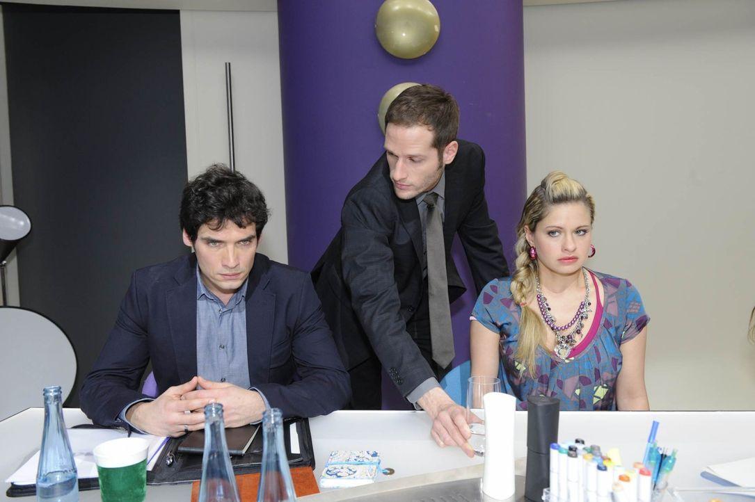 Alexander (Paul Grasshoff, l.) bringt David (Lee Rychter, M.) und Mia (Josephine Schmidt, r.) in eine peinliche Situation vor einem Kunden. - Bildquelle: SAT.1