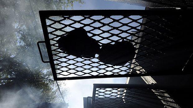 indirektes grillen r uchern mit aroma kabel eins. Black Bedroom Furniture Sets. Home Design Ideas