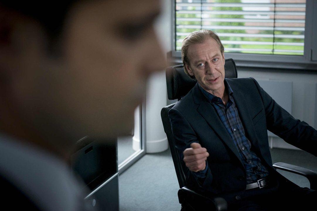 Nach dem Selbstmord von Klaus Koller übernimmt Rüdiger Bremme (Oliver Stritzel, r.) kommissarisch die Abteilung beim LKA. Als erste Amtshandlung mus... - Bildquelle: Martin Rottenkolber SAT.1