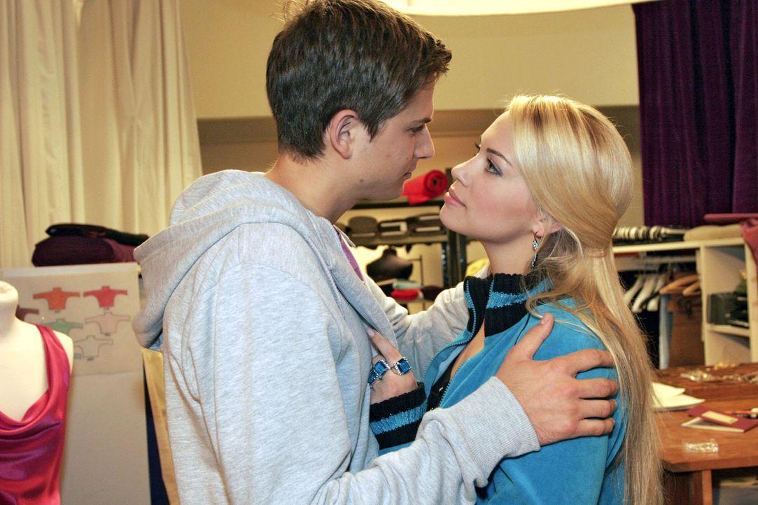 Timo (Matthias Dietrich, l.) ist glücklich, dass Kim (Lara-Isabelle Rentinck, r.) trotz seiner Eifersucht zu ihm steht. - Bildquelle: Noreen Flynn Sat.1