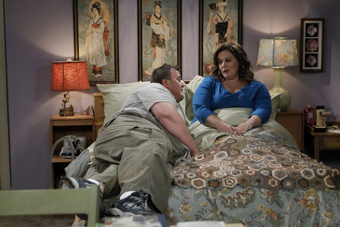 Kaum verlobt, beginnt Molly (Melissa McCarthy, r.) schon, Pläne für die Hochzeit zu schmieden. Was Mike (Billy Gardell, l.) leicht überfordert ... - Bildquelle: Warner Brothers