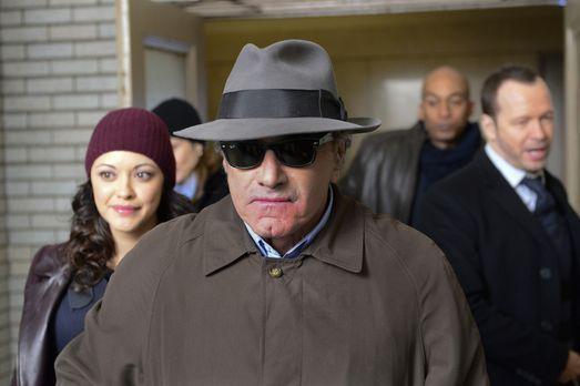 Blue Bloods - Vincent (Dan Hedaya, M.) in Tarnkleidung. Baez (Marisa Ramirez,...