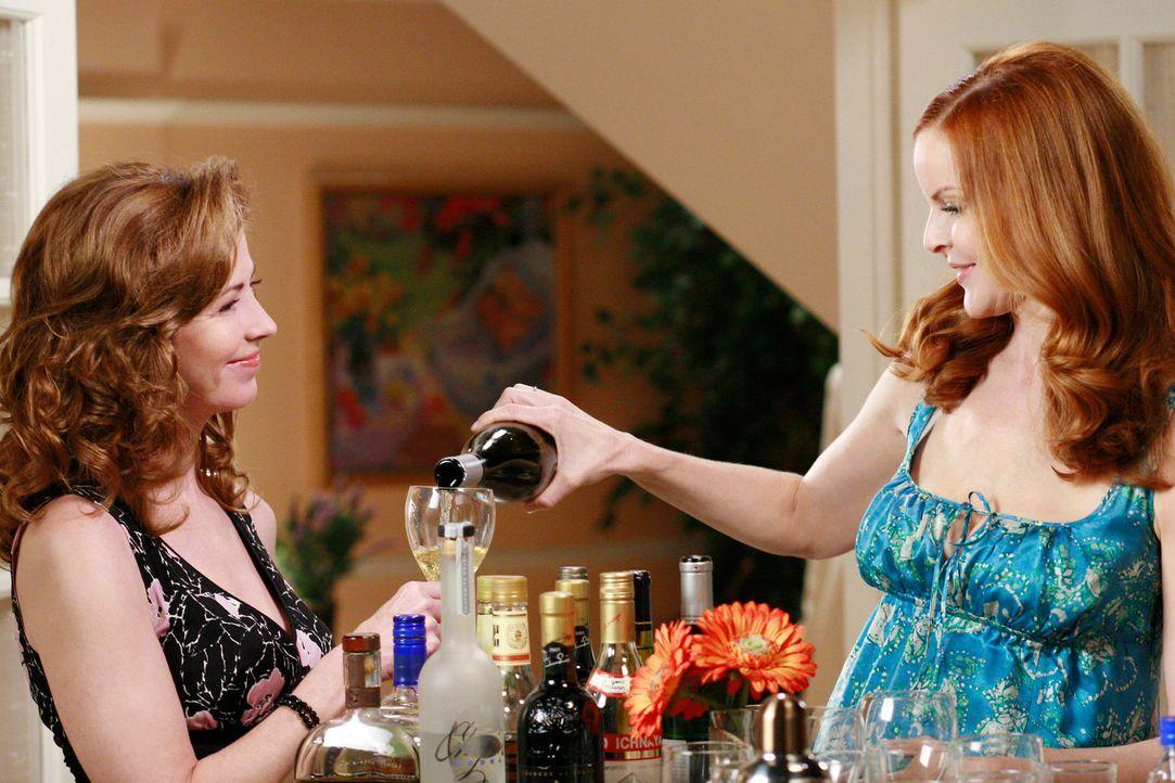 Während Bree (Marcia Cross, r.) und Gabrielle am Spieleabend bei Susan mehr über Katherines (Dana Delany, l.) ersten Ehemann erfahren wollen, zeigt... - Bildquelle: ABC Studios