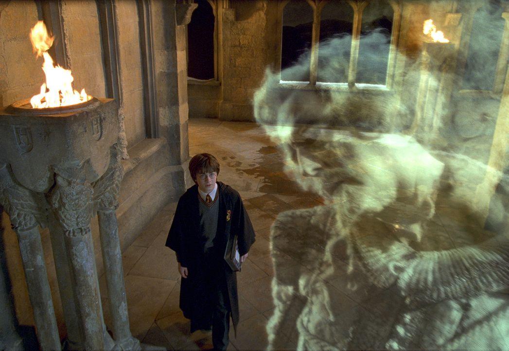 Wider Erwarten ist Nearly Headless Nick (John Cleese, r.) kein grausames Monster, das Harry Potter (Daniel Radcliffe, l.) und seinen Freunden etwas... - Bildquelle: Warner Bros. Pictures