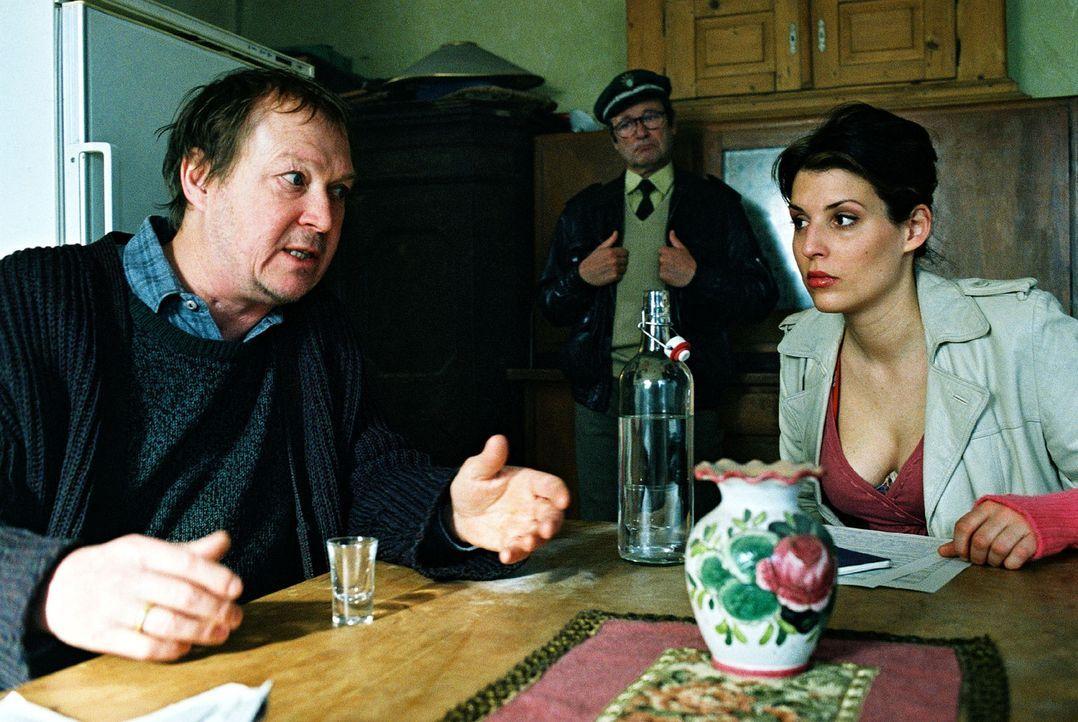 Nina (Elena Uhlig, r.) verhört den Vater der Toten (Wilfried Labmeier, l.). Der hat seine Tochter immer wieder geprügelt ... - Bildquelle: Christian A. Rieger Sat.1
