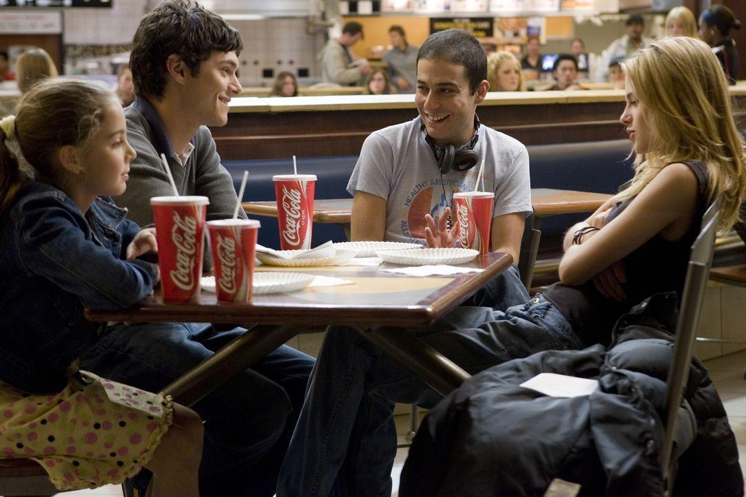 Drehpause: (v.l.n.r.) Mackenzie Vega, Adam Brody, Regisseur Jonathan Kasdan und Kirsten Stewart - Bildquelle: 2007 Warner Brothers