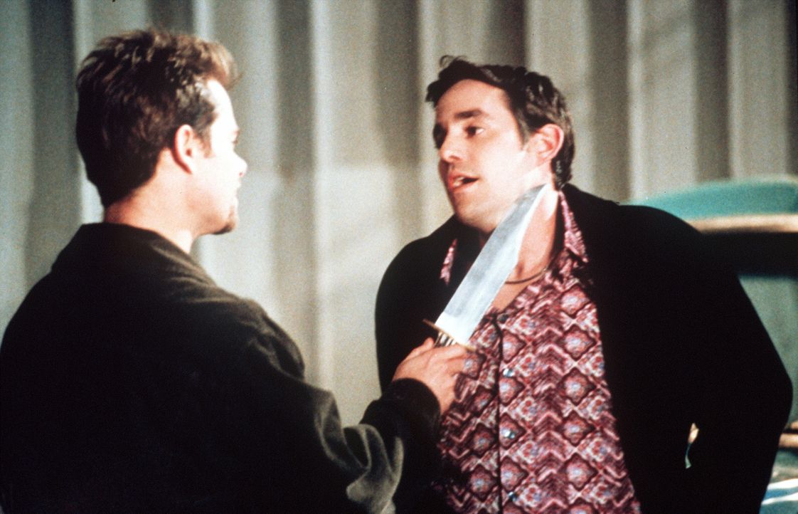 Xander (Nicholas Brendon, r.) ist in Schwierigkeiten, denn Jack O'Toole (Channon Roe, l.) mag ihn offenbar nicht besonders. - Bildquelle: TM +   2000 Twentieth Century Fox Film Corporation. All Rights Reserved.