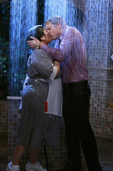 Endlich traut sich Noah (Alan Tudyk, r.), seinen Gefühlen freien Lauf zu lassen. Carmen (Bunnie Rivera, l.), seine ehemalige Haushälterin, hat ihn a... - Bildquelle: Warner Brothers