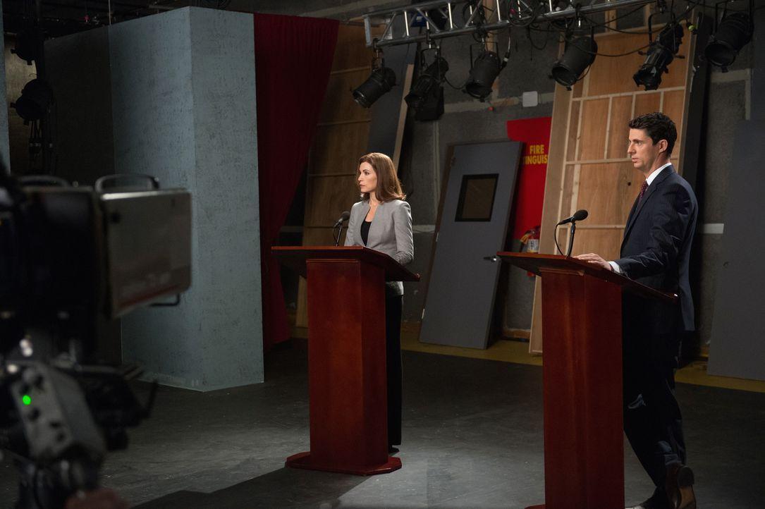 Weil sie mit Carys Prozess beschäftigt ist, fehlt Alicia (Julianna Margulies, l.) bei ihrem Kandidatenduell der nötige Biss, bis sie mit Finn (Matth... - Bildquelle: Jeff Neumann 2014 CBS Broadcasting Inc. All Rights Reserved.