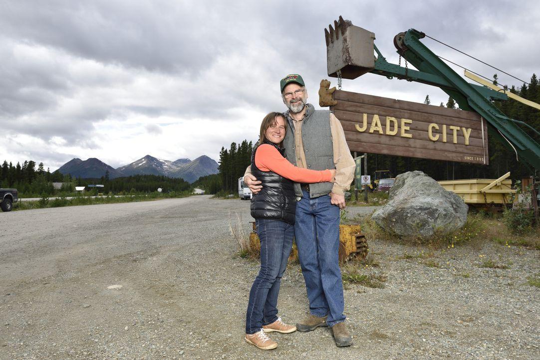 Claudia (l.) und Robin Bunce (r.) leben und arbeiten in Jade City. Eine Gegend, die mit einer beachtlichen Menge des grünen Goldes gesegnet ist ... - Bildquelle: Ed Araquel JADE PRODUCTIONS LTD.