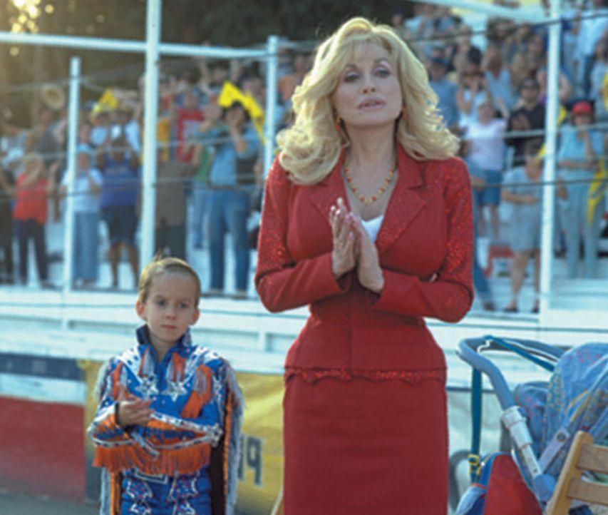 Eines Tages müssen der kleinen Frank (Sawyer Sweeten, l.) und seine Mutter (Dolly Parton, r.) erleben, wie der Vater während eines Stunts mit dem... - Bildquelle: Touchstone Pictures