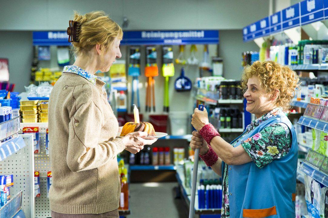 Nach der Besetzung des Ladens wird Greta (Katharina Thalbach, r.) immer wieder von einigen Kunden (Katharina Blaschke, l.) ermutigt, tapfer durchzuh... - Bildquelle: Richard Hübner SAT.1