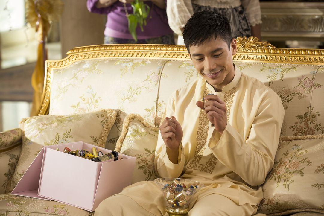 Während Tahani Michael ihre Wertschätzung zeigen möchte, ist der schweigsame Jianyu (Manny Jacinto) ganz die Ruhe selbst ... - Bildquelle: 2016 Universal Television LLC. ALL RIGHTS RESERVED.