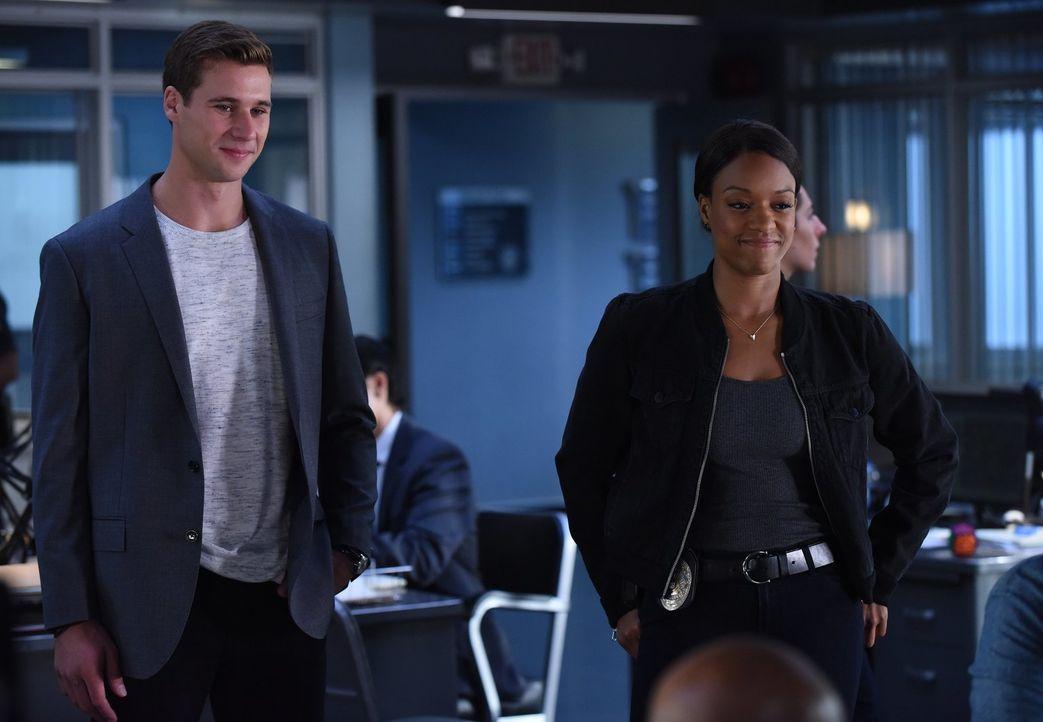 Als Bailey (Michelle Mitchenor, r.) und Bowman (Andrew Creer, l.) zum Tatort zurückkehren, stellen sie fest, dass der Safe nicht aufgebohrt wurde, s... - Bildquelle: Warner Brothers