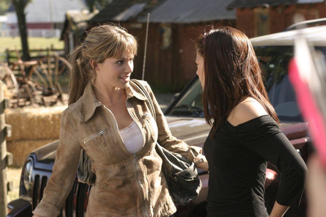 Nachdem Lois (Erica Durance) an Chloes Grab von einem Mann angegriffen wird, eilt ihr Lana (Kristin Kreuk, r.) glücklicherweise zur Hilfe ... - Bildquelle: Warner Bros.