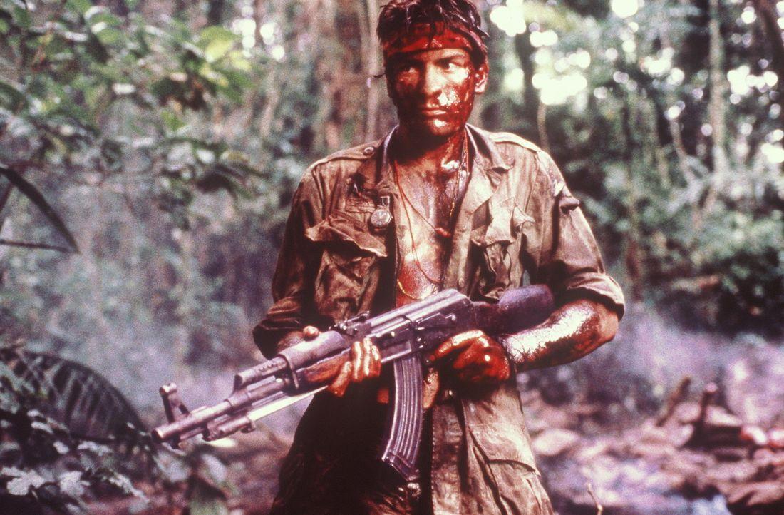 Als der junge Kriegsfreiwillige Chris Taylor (Charlie Sheen) zu seinem 'Platoon' nach Vietnam kommt, lassen ihn die Kampf erprobten Männer schnell... - Bildquelle: Orion Pictures Corporation