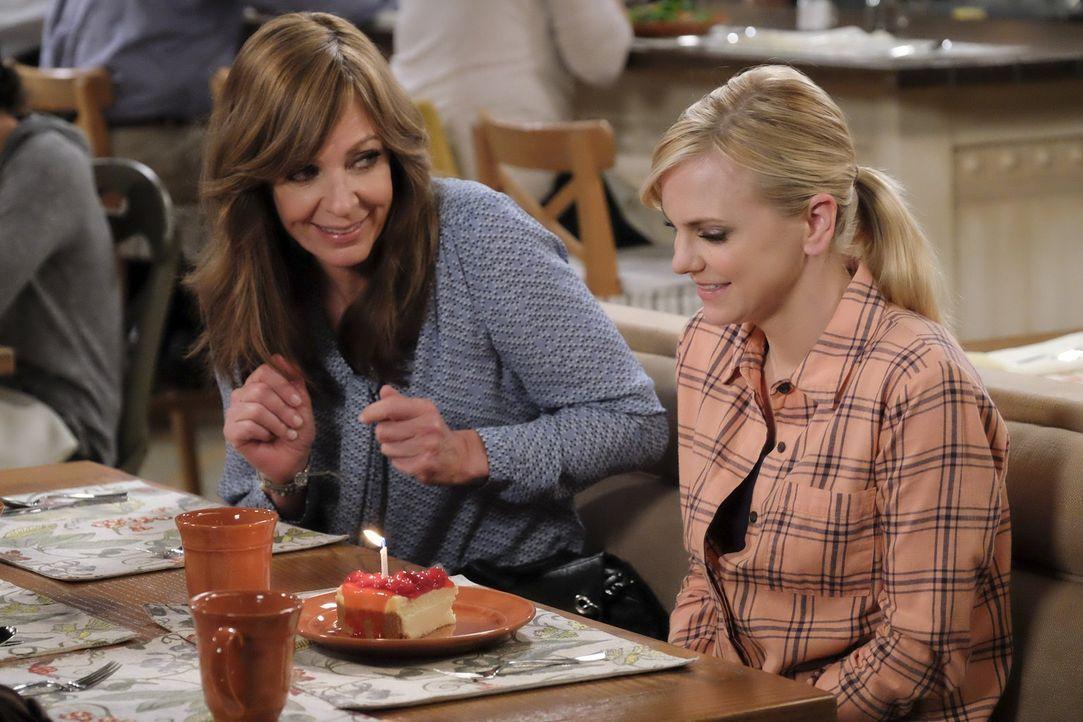 Christy (Anna Faris, r.) freut sich sehr über die Geburtstagsglückwünsche ihrer Freundinnen. Doch Bonnie (Allison Janney, l.) hat noch eine Überrasc... - Bildquelle: 2015 Warner Bros. Entertainment, Inc.