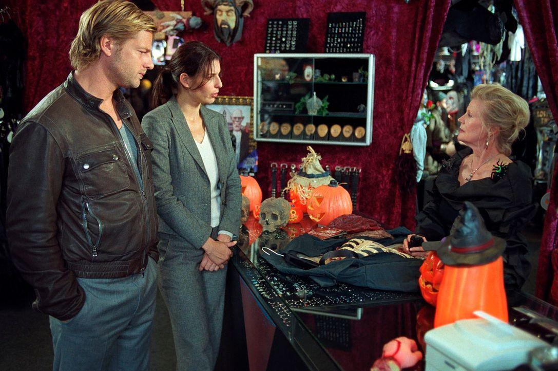 Nina (Elena Uhlig, M.) und Leo (Henning Baum, l.) stehen vor einem Rätsel: Der Ermordete, der lediglich ein kleines Gehalt als Hausmeister bezog, wo... - Bildquelle: Walter Wehner SAT.1