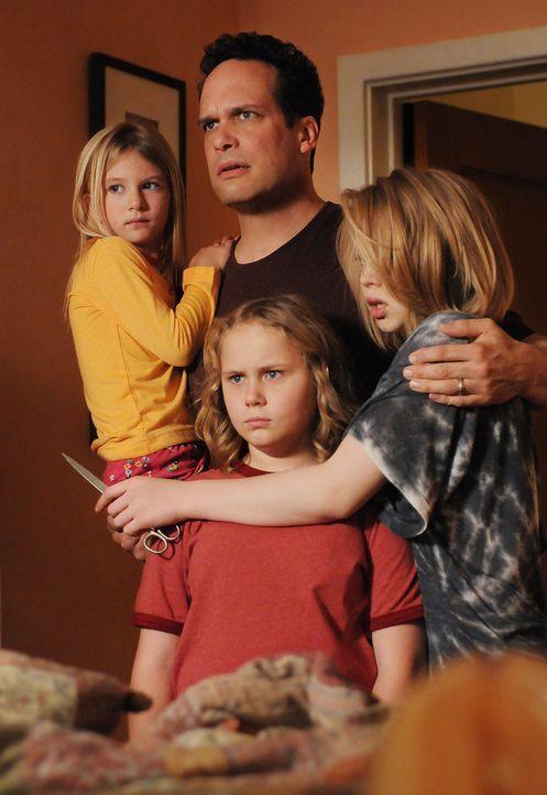 Für Marie (Miranda Carabello, l.), Bridgette (Maria Lark, vorne M.) und Ariel (Sofia Vassilieva, r.) sieht der fremde Mann (Diedrich Bader, M.) aus,... - Bildquelle: Paramount Network Television
