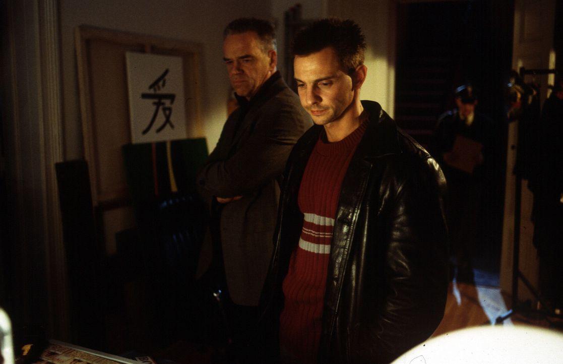 Kommissar Wolff (Jürgen Heinrich, l.) und Tom Borkmann (Steven Merting, r.) glauben nicht an Annekes Selbstmord und durchsuchen ihre Wohnung nach ei... - Bildquelle: Leslie Haslam Sat.1